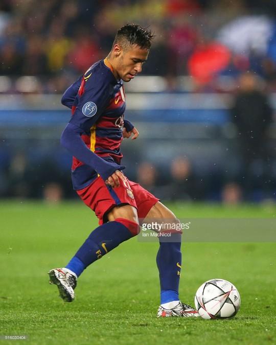 BARCELONA, SPAIN - MARCH 16:  Neymar of Barcelonacontrols the ball during the UEFA Champions League Round of 16 Second Leg match between FC Barcelona and Arsenal FC at Camp Nou on March 16, 2016 in Barcelona,Spain. (Photo by Ian MacNicol/Getty Images) *** Local Caption *** Neymar
