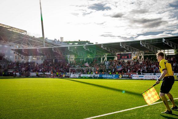 HIFK:n kannattajat ovat pitäneet mahtavaa tunnelmaa yllä tämän kauden liigaotteluissa. Kuva Sonera Stadionilla 30. elokuuta 2016 pelatusta HIFK-HJK ottelusta. Kuva: Miro Lehto